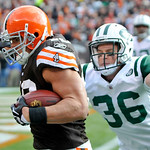 Cleveland Browns running back Peyton Hillis, left, runs past New York Jets safety Jim Leonhard (36) on a 12-yard touchdown-run in the first quarter of an NFL football game Sunday, Nov. 14, 2 ...