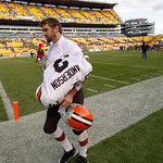 Cleveland Browns quarterback Derek Anderson takes off his jersey as he leaves the playing field after an NFL football game against the Pittsburgh Steelers   in Pittsburgh, Sunday, Oct. 18, 2 …