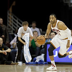 Cleveland Cavaliers' Wayne Ellington brings the ball up against the Golden State Warriors in an NBA basketball game Tuesday, Jan. 29, 2013, in Cleveland. (AP Photo/Mark Duncan)