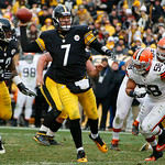 Pittsburgh Steelers quarterback Ben Roethlisberger (7) scrambles out of the pocket before throwing a nine-yard touchdown pass to Pittsburgh Steelers wide receiver Antonio Brown (84) during t …