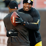 Pittsburgh Steelers tight end Leonard Pope, right, hugs Cleveland Browns tight end Benjamin Watson before an NFL football game Sunday, Nov. 25, 2012, in Cleveland. (AP Photo/Mark Duncan)