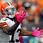 Cleveland Browns wide receiver Josh Gordon makes a one-handed catch on a 71-yard touchdown reception in the second quarter of an NFL football game against the Cleveland Browns, Sunday, Oct.  …