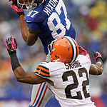 New York Giants wide receiver Domenik Hixon (87) catches a pass in front of Cleveland Browns defensive back Buster Skrine (22) during the first half of an NFL football game Sunday, Oct. 7, 2 …