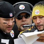 Pittsburgh Steelers quarterback Ben Roehlisberger, left, talks with backup quarterback Charlie Batch, right, and offensive coordinator Bruce Arians on the sidelines during the first quarter  …