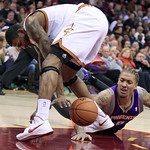 Cleveland Cavaliers' Alonzo Gee, left, and Phoenix Suns' Michael Beasley scramble for a loose ball in the first quarter of an NBA basketball game Tuesday, Nov. 27, 2012, in Cleveland. (AP Ph …