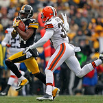 Pittsburgh Steelers wide receiver Antonio Brown (84) runs after catching a pass from Pittsburgh Steelers quarterback Ben Roethlisberger (7) with Cleveland Browns free safety Tashaun Gipson ( …