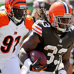 Cleveland Browns running back Trent Richardson (33) rushes past Cincinnati Bengals defensive end Robert Geathers (91) on his way to a touchdown in the first half of an NFL football game, Sun …